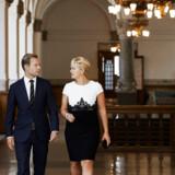 Både Dansk Folkeparti og Socialdemokratiet er stærkt kritisk over for, at fiskeriminister Eva Kjer Hansen (V) undlod at informere Folketinget om et såkaldt forsøgsfiskeri ved Storebælt, som er gået til de største muslingefiskere herhjemme. Her ses hun med sin rådgiver, Morten Flindt.