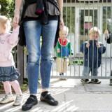 Ifølge flere forskere og eksperter begynder danske børn alt for tidligt i vuggestue, hvor de ville have bedre af at blive hjemme hos mor og far. Det får en blandet modtagelse på Christiansborg.
