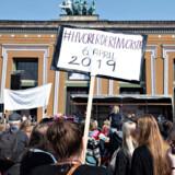 Lørdag demonstrerede forældre i over 50 forskellige byer i landet for at kræve, at der sættes et loft over, hvor mange børn der må være for hver voksen i børnehaver og vuggestuer.