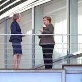 Theresa May i snak med Angela Merkel under dagens besøg i Berlin.