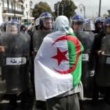 Politiet i Algeriets hovedstad spærrer vejen for et optog af demonstranter. Optoget ville protestere mod parlamentets udnævnelse af den 77-årige Abdelkader Bensalah til midlertidig præsident.
