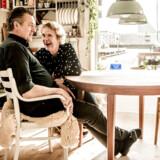 På scenen fyger ondskabsfuldhederne gennem luften. Privat hygger ægteparret Tammi Øst og Jens Jørgen Spottag sig i den bare 60 kvadratmeter store husbåd i Sydhavnen.