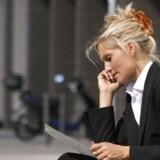 Kvinder på vej op ad karrierestigen skjuler deres resultater og mangler ofte den nødvendige selvtillid til at kræve det i løn, som de er værd, lyder det fra headhuntere.