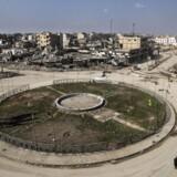 Centralt i den syriske by Raqqa ligger en rundkørsel med en lille park og et springvand i midten, hvor byens børn på varme dage legede i vandet. Rundkørslen blev kaldt »paradispladsen«, før Islamisk Stat overtog byen og korsfæstede krigsfanger på det særegne jernhegn omkring pladsen. Danskeren Jacob El-Ali delte i juli 2014 billeder af sig selv online på denne plads, med afhuggede hoveder og skændede lig i baggrunden.