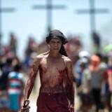 »Slovakiets pigepiskning og lignende er mere uskyldige traditioner, men for andre kristne er påsken en anledning til igen at smage en smule på martyriet.«. Foto: AFP PHOTO/Noel Celis/Ritzau Scanpix.