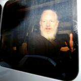 Julian Assange forsøger efter sin anholdelse at kommunikere med offentligheden uden for salatfadet.