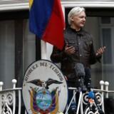 På dette fotografi fra maj 2017 taler Julian Assange fra balkonen på Ecuadors ambassade i London.