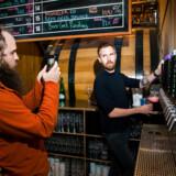 Mikkel Borg Bjergsø (th) har 18 beværtninger i det København - og nummer 19 er på vej. Den har dog allerede udløst endnu en salve i fejden mellem to af Danmarks største ølskabere: Ham - og hans bror, der står bag Evil Twin Brewing. (ARKIV)