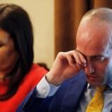 Donald Trumps rådgiver i immigrationsspørgsmål, Stephen Miller, gnider sig i øjet under et kabinetmøde i Det Hvide Hus. Ved siden af ham pressesekretær Sarah Huckabee Sanders.