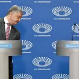 Ukraines præsident, Petro Porosjenko, står her ved siden af den tomme talerstol, hvor hans modkandidat, Volodimir Zelenskij, skulle have stået.