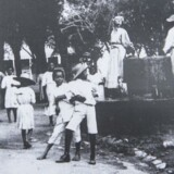 »Under den danske slavehandel fra ca. 1660 til 1848 var Danmark med til at transportere omkring 111.000 afrikanere over Atlanten under umenneskelige forhold.«