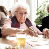 Hver torsdag er der banko på plejehjemmet Langeragergård i Karlslunde, der er et af Fornede Koncernens tre plejecentre i Danmark. I Sverige driver koncernen over 60 plejehjem. Her er det beboer Inger Margrete Jensen.