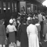 Franske tvangsarbejdere sendes til Tyskland under den tyske besættelse af Frankrig. Fotografiet er taget ved togstationen i Nice i 1942.