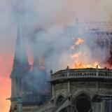 Branden begyndte omkring kl. 18.45 mandag aften og spredte sig hurtigt hen over Notre Dames tag. Hele verden kunne se til, mens 500 brandmænd over de næste timer kæmpede for at slukke ilden. Ingen er omkommet, men en brandmand er alvorligt såret.
