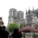Der mangler noget, efter at dele af Notre-Dame er brændt væk, siger pensionisten Marie-Claire til Berlingske - i Frankrig og i hende selv. Tirsdag havde både tourister og lokale travlt med at tage billeder af den delvist udbrændte katedral.