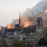 »Notre Dame vil blive genopbygget, og det ikoniske spir, der sank sammen i flammerne, vil rejse sig fra asken. En dag om føje år vil man slå dørene op for en ny domkirke og erklære Notre Dame genåbnet. Det vil være en sær dag, fordi det nye vil skjule alt det, vi har mistet,« skriver Mads Fuglede.