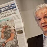 Julian Assange dengang han syntes at have verden i sin hule hånd. Vi skriver 26. juli 2010, og den australske stifter af WikiLeaks præsenterer stolt Guardians forsidehistorie fra samme dag om et datalæk, der skulle afsløre den »virkelige krig i Afghanistan«.
