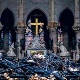 Tilsodede spær er væltet ned tæt på kirkens alter. Men størstedelen af kirkens indre klarede sig gennem branden.