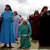 Kvinder beder i anledning af påskeugen i La Paz, Bolivia.