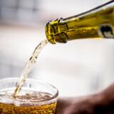 Alkohol er lige så farligt for helbredet, og det er vel ikke kun rygerne, der skal ledes på rette vej? spørger Finn Edvard sarkastisk.