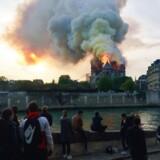 »Da Notre Dame brændte mandag aften, standsede vi alle op et øjeblik. Fra hele verden fulgte sorgfulde mennesker flammernes grådige fortæring af et bygningsværk, der hæver sig over det nationale og en bestemt tid. (...) Katedralen, hvor mange af os har stået og holdt vore kære i hånden, måske bedt en bøn, beundret denne udskæring eller hine glasmosaik, folkelivet, stod i fare for at styrte sammen.«