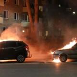 Mange biler blev stukket i brand i København i forbindelse med optøjer natten til søndag. Her er det på Tagensvej.