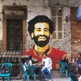 Den egyptiske fodboldspiller Mohamed Salah er et ikon i Egypten. Her ses han afbildet på en væg foran en café i det centrale Kairo