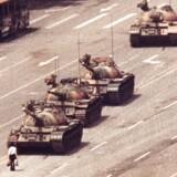 Europa er ved at gøre klar til at markere 30-året for 1989 med ikke mindst Berlinmurens fald. I Europa og USA vil mange også mindes de mange studerende, der måtte lade livet på Den Himmelske Freds Plads den 4. juni 1989. Det er mildest talt ikke tilfældet i Kina. Her er alle billeder fra massakren, inklusive »Tankmanden«, censureret. Det har nu bragt et tysk firma i stormvejr.