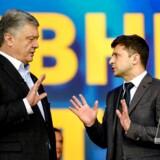 To dage før valget mødte de to kandidater hinanden til en politisk debat. Debatten har været længe undervejs, da Selenskij forrige gang valgte ikke at møde op, og forinden forlangte at Porosjenko tog en urinprøve. (Photo by Sergei CHUZAVKOV / AFP)