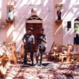 Srilankanske soldater inde i St. Sebastians kirke ved Katuwapitiya i Negombo efter terrorangrebet søndag.