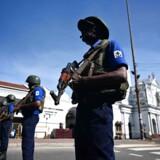 Sri Lankas sikkerhedsstyrker, der her bevogter en kirke i hovedstaden Colombo, er mandag morgen i højeste alarmberedskab. Men hvis de havde reageret på detaljerede advarsler fra nabolandet Indien, kunne søndagens massakre måske være undgået eller i hvert fald begrænset,