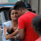 Mandag blev folk evakueret i et nabolag i Colombo, Sri Lanka, da politiet forsøgte at udskadeliggøre en bilbombe efter søndagens blodige terrorangreb.