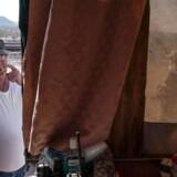 På dette fotografi fra 20. marts ses »Striker« – et dæknavn for lederen af De Forenede Forfatningspatrioters operative hold nær grænsen til Mexico – i færd med at ryge en cigaret uden for den camper, der tjener som hovedkvarter.