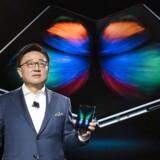 Galaxy Fold er verdens første smartphone med foldbar skærm – her fremvist af Samsungs mobilchef tidligere i år. Nu udsætter Samsung premieren på grund af tekniske problemer.