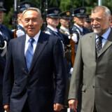 Kasakhstans præsident, Nursultan Nazarbajev (tv.), har meddelt, at han træder tilbage fra posten. (Arkivfoto) AFP