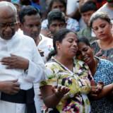 Deltagere i en massebegravelse to dage efter serien af bombeangreb i Sri Lanka