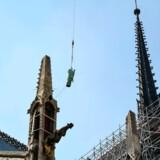 Notre Dames spir, her fotograferet få dage før branden, var ikke »ægte« gotik, men opført i 1800-tallet. Og hvorfor efterligne en efterligning, spørger tilhængerne af en »tidsvarende« genopbygning af katedralen.