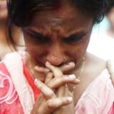 En kvinde sørger over de mere end 300 ofre for en serie terrorangreb i den srilankanske hovedstad Colombo. Angrebet har fået myndighederne til at svare igen med en blokering af de sociale medier.