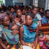 Mødre sidder i kø og venter på, at deres spædbørn kan få den nye vaccine, der måske kan beskytte deres børn mod at få livstruende, svære tilfælde af malaria. Vaccinen gives nu i et testforsøg til omtrent 360.000 børn i Malawi (hvor billedet her også er taget), Kenya og Ghana.