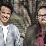 Simon Nielsen Ørregaard, med skæg, Formand Ateistisk Selskab og Anders Stjernholm, næstformand uden for Hans Tausens gamle kirke, Nikolai Kirke, i hjertet af København.