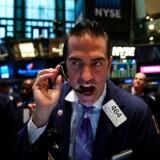 »Sælg, sælg, sælg« eller »køb, køb, køb«? Ifølge investeringseksperter er det bedste du kan gøre at købe regelmæssigt og ignorer støj. Foto: Spencer Platt/Getty Images/ritzau Scanpix
