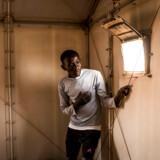 Abdulgasim Ahmad blev skudt i begge ben i et libysk detentionscenter. Han endte med at slippe fri ved at spille død blandt lig på en losseplads. Nu opholder han sig i en flygtningelejr lidt uden for Agadez i det centrale Niger.