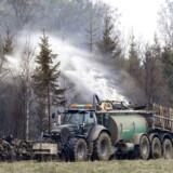 En voldsom brand i den skånske kommune Hässleholm har forårsaget evakueringer, mens lokale landmænd har bidraget til slukningsarbejdet.