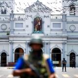 Soldater står vagt foran St. Anthonys kirke i Colombo.