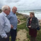 Her ses Pia Adelsteen (DF), formand for Folketingets Miljøudvalg i Liseleje i Nordsjælland for at tale med de lokale om kystsikring.