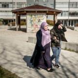 Amal Rifai sammen med en af sine tre døtre. Hun arbejder som bioanalytiker i Hillerød. Modsat mange andre havde hun ikke svært ved at finde et arbejde ganske hurtigt – og hun oplevede ikke store udfordringer med jobsøgningen undervejs. I 1989 flygtede hun med sin mand fra Libanon til Danmark. Foto: Asger Ladefoged