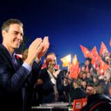 Den socialistiske premierminister Pedro Sánchez, her under et valgmøde i Valencia, lignede søndag aften det bedste på en vinder af et spansk valg, hvor det højrenationale parti Vox bragede ind i parlamentet men uden mulighed for at øve indflydelse i en blå blok, der samlet stod til tilbagegang.