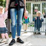Der kommer flere børn, og det bliver dyrt blot at opretholde det nuværende forhold mellem børn og voksne i landets daginstitutioner. I dag er der i gennemsnit 3,1 børn per voksen i landets vuggestuer og 6,2 børn per voksen i landets børnehaver.