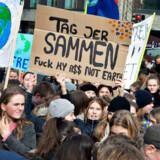 Skoleelever prøver at råbe politikerne op undere klimastrejke 15. marts i år i Aarhus. Men det går ikke, hvis også store virksomhedsledere begynder af miste tiltroen til politikerne i klimaspørgsmålet, mener klimahistoriker Stefan Gaarsmand Jacobsen fra RUC.