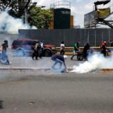 Gadekampe hærgede tirsdagen igennem Venezuelas hovedstad Caracas. I første omgang blev der kun skudt med tåregasgranater men senere udviklede situationen sig flere steder mere voldeligt.